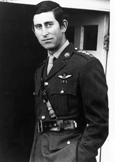 1974: Ein offizielles von Porträt von Prinz Charles in Uniform zum 26. Geburtstag.  ©️️imago/ZUMA/Keyston Adele, Prinz Charles, Prince Charles And Camilla, Black And White Portraits, My Prayer, British Royals, Princess Diana, Reign, Wales
