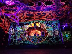 Optic Noise Deko - unclear if this is the title of a festival, an installation, or the artist(s) who made this psychedelic wonderland Goa Festival, Psychedelic Decor, Techno Party, Trance, Neon Aesthetic, Alice In Wonderland Party, Stage Set, Light Painting, Painting Art