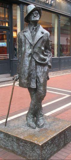 Dublin is de stad van de dichters en schrijvers: James Joyce, Oscar Wilde, Jonathan Swift, George Bernard Shaw, Yeats, Bram Stoker. Hun geboortehuizen en monumenten liggen verspreid over de stad.