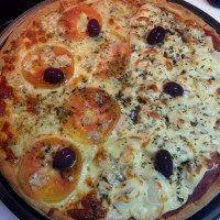 Pizza sem glúten e sem lactose feita com batata doce