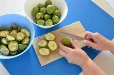Tu správnou ořechovku připravíte jen z ořechů v takzvané mléčné zralosti, tedy ještě měkkých a obalených brčálově zelenou slupkou. Jen z takových vyrobíte ořechovku, které stopečka denně podpoří zdraví, hlavně trávení, a chuť k jídlu. Jak tvrdili už naši předkové.