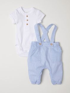 Set with short-sleeved bodysuit and bib overalls in organic cotton. Jersey bodysuit with button placket, short sleeves with sewn cuffs, and snap fasteners a Cute Baby Boy Outfits, Girls Summer Outfits, Cute Baby Clothes, Kids Outfits, Babies Clothes, Newborn Clothes For Boys, Baby Boy Summer Clothes, Babies Stuff, Storing Baby Clothes