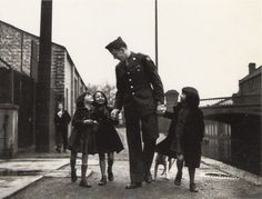 capa-american-soldier-with-war-orphans-adopted-by-his-unit.jpg (1034×788)