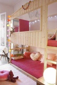 cama litera con forma de casa de madera