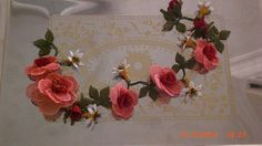 Gül tacı Needle Lace, Leaf Flowers, Diy Clothing, Crochet Flowers, Vines, Hair Accessories, Knitting, How To Make, Crafts