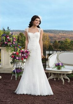 Schmal anliegendes elfenbeinfarbenes Brautkleid aus Chiffon mit dezenten Spitzenapplikationen auf dem gesamten Rock - von Sincerity