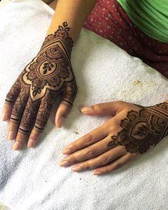For bride Tassha ✨ ----------- (E) adornedsg@gmail.com (M) 9770 0657 (whatsapp only) (W) Adorned SG / adornedbyameerah (Facebook) ⠀⠀ ⠀ #AdornedbyAmeerah #AdornedSG #AdornedSGHennaCones #byAmeerahS #henna #hennaart #hennadesign #mehndi #mehndiart #mehndidesign #dulhan #hennasg #mehndisg #singapore #AdornedSGHennaStains #IntricateDesignAdorned #hennastain #kahwinsg #inai #inaisg #hennalookbook