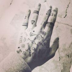 Statigram – Instagram webviewer // aperture ring on finger