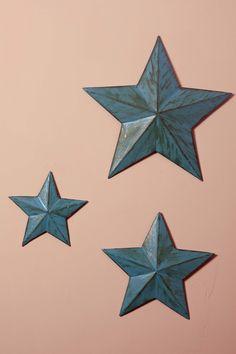 Instrucciones detalladas con fotografías paso a paso para hacer tres estrellas decorativas de diferentes tamaños utilizando la técnica de la cartapesta