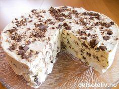 Deilig, deilig, DEILIG iskake med hakket firkløversjokolade og søte, hvite marengs!