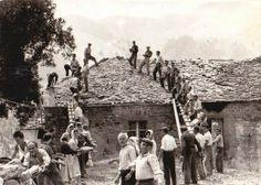 Οι κάτοικοι ενός χωριού της Ηπείρου βοηθούν στην κατασκευή της σκεπής συγχωριανού τους-1950.Οταν η αλληλεγγύη ληταν βίωμα και τρόπος ζωής.