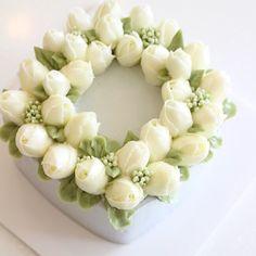 Square, tulips  #flowercake #flowercakeclass #mydearcake #mydear #korea #wilton…