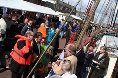 Gezellige drukte tijdens de Vlootdag in de Zuiderhaven in Harlingen. De start van het nieuwe seizoen voor de bruine vloot.