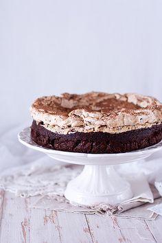 Предлагаю вашему вниманию невозможно шоколадный и очень вкусный торт!:) Влажный корж без муки, покрытый хрустящей меренгой с фундуком. Праздники позади, но это не повод отказывать себе в кусочке вкуснейшего торта!)) Шоколадный торт с ореховой меренгой На торт размером 25см: 150 г  сливочного…