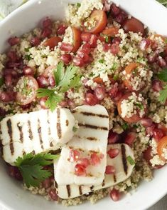 A real Middle Eastern topper with tasty grilled halloumi cheese and spicy couscous with parsley, mint, pomegranate and cherry tomatoes. Pureed Food Recipes, Veggie Recipes, Lunch Recipes, Vegetarian Recipes, Healthy Recipes, Couscous, Clean Eating, Healthy Eating, Food Porn