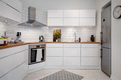 Kuchnia utrzymana jest w kolorystyce całego mieszkania, jednak panuje w niej nowoczesny styl. Fot. Alvhem Makleri.