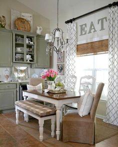 Cucina rustica con sedie marroni e bianche