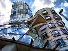 Dancing House in Prague, Architect Frank Gehry Frank Gehry, Chinese Architecture, Beautiful Architecture, Modern Architecture, Prague Architecture, Zaha Hadid Architects, Famous Architects, Interesting Buildings, Amazing Buildings