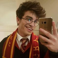Cosplay Harry Potter Harry Potter but that sexy smirk is also so very James Potter ; Harry James Potter, Harry Potter World, Harry Potter Cast, Harry Potter Fan Art, Harry Potter Characters, Harry Potter Memes, Potter Facts, Harry Potter Costume Boys, Harry Potter Cosplay