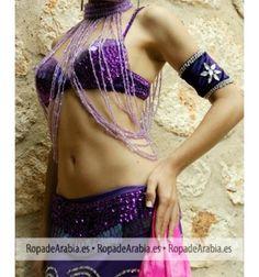 Cambia totalmente tu conjunto de belly dance adornándolo con unas manguitas de terciopelo, adornado con strass y bolitas. Vienen en paquetes de dos unidades. Son combinables con un montón de tops, faldas...  #danzaoriental #danzadelvientre