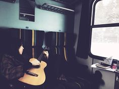 체코로 가는 기차 안. 기타를 너무 치고싶어서 1dB로 띵땅띵땅 했다ㅋ 포토그래퍼는 울 언니야^^ 창밖에 눈은 무섭게 내리는데 기차안의 색감과 어우러져서 정말 한폭의 그림같았당  #프라하가는길