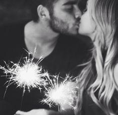*couple goals with lights*/*fotos en pareja con luces*/ Cute Couples Photos, Cute Couple Pictures, Cute Photos, Couple Christmas Pictures, Couple Pics, Photo Couple, Love Couple, Couple Goals, New Year's Kiss