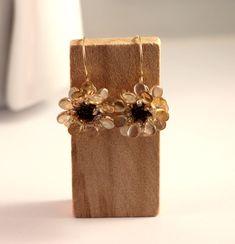 Warum nicht Ohrringe für den Herbst kaufen? Swarovski, Schmuck Design, Beaded Jewelry, Drop Earrings, Pearl Decorations, Neck Chain, Handmade, Fall, Wristlets