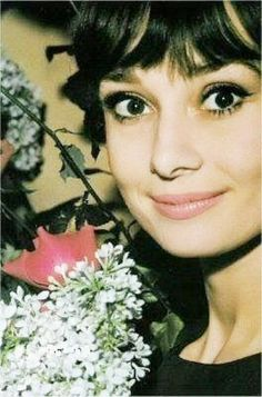 Audrey Hepburn, beautiful color photo of her. Hollywood Glamour, Old Hollywood, Classic Hollywood, Hollywood Icons, Grace Kelly, Classic Beauty, Timeless Beauty, Audrey Hepburn Born, Divas