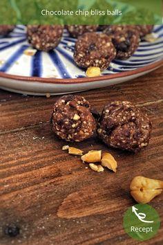 Chocolate chip bliss balls, deze healthy bliss balls, zijn volledig plantaardig, gluten- en lactosevrij. Een heerlijke gezonde chocolade snack voor tijdens de dag! Bliss Balls, Chips, Organic, Cookies, Chocolate, Desserts, Food, Crack Crackers, Tailgate Desserts