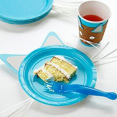 Cat Plates---Cut out inner and outer ear shapes from template from craft paper. Stack and tape ears under lip of paper plate, about 2 inches apart. Cut six strips of paper, about inch wide, and tape them under lip at sides of plate for whiskers Kitty Party, Party Plates, Party Cups, Cat Birthday, 2nd Birthday Parties, Birthday Ideas, Cat Themed Parties, Puppy Party, Animal Party