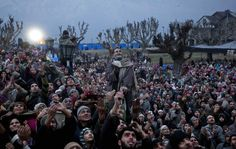 Musulmani del Kashmir celebrano l'anniversario della nascita del profeta Maometto di fronte al tempio di Hazratbal, in India. (Dar Yasin, Ap/Lapresse)