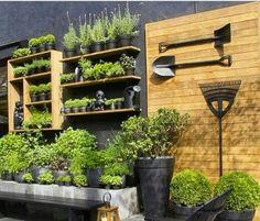 Horta vertical com vasos pretos