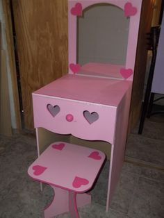 TOCADOR Kids Dressing Table, Girls Bedroom Accessories, Diy Vanity, Diy Table, Diy Woodworking, Diy And Crafts, Hello Kitty, Stool, Furniture