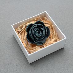 Ozdoba do klopy - tmavě modrá kožená květina // KOŽENÁ ozdoba do pánské klopy // Průměr cca 3,5 cm. // Zapínání typ odznak. // Bude dodáno v dárkové krabičce :) // Poštovné po ČR ZDARMA!