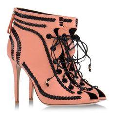 C'e' voglia di rosa, anche nelle scarpe, che sia rosa antico,tenue, shocking oppure tendente al fucsia, poco importa.http://www.sfilate.it/219989/la-think-pink-revolution-oh-shoes