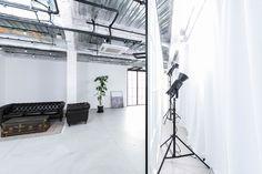 窓パネル裏にはサンデッキがあり、遮光カーテンをしめストロボやビデオライトを設置し、一日中安定した光に調整することも可能です。 Studio, Space, Floor Space, Studios, Spaces