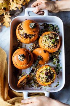 mini abóboras recheadas com arroz selvagem, maçãs, queijo e nozes pecan, um jantar surpreendente para o halloween