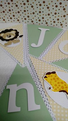 Bandeirinhas personalizadas com técnica de scrap.  Pode ser desenvolvido em outros temas e cores.  O varal é cobrado por unidade, para calculo contamos letras e imagens.