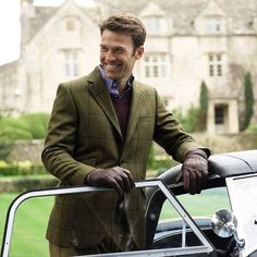 Fall gray navy window pane topcoat navy v-neck sweater blue striped shirt brown leather gloves English Gentleman, Gentleman Style, Preppy Men, Preppy Style, Classy Style, Sharp Dressed Man, Well Dressed Men, Tweed Men, Tweed Jacket