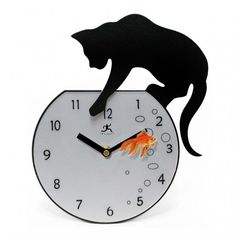やんちゃな黒猫、時計に泳ぐ金魚を狙い続ける « 猫ジャーナル