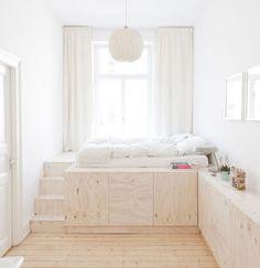 Rangement dans un socle pour le lit. au pied de la fenêtre.