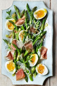 Asparagus Salad with Eggs & Jambon de Bayonne Asparagus Salad with Eggs & Jambon de Bayonne,Salat This impressive-looking asparagus salad recipe is actually very easy to make. After quickly boiling the asparagus, the same. Clean Eating, Healthy Eating, Healthy Lunches, Healthy Breakfasts, Healthy Dinners, Asparagus Salad, Asparagus Recipe, Asparagus Ideas, Avocado Salads