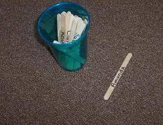 tip : schrijf de namen van je lln. op een ijslolly-stokje. Pak een stokje uit het bakje om de beurten te verdelen