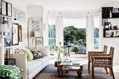 wystrój wnętrz, wnętrza, dom, mieszkanie, aranżacja, home decor, białe wnętrza, vintage, styl skandynawski, grafiki, biała kanapa, biel i czerń, motyle, salon, pokój dzienny