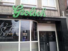 Nesrin - Sterk; Duidelijk zichtbaarheid van merk. Zwak; Het is niet een bar naam, het is een merk dat daarbinnen wordt verkocht. Hierom goede reclame voor Grolsch, maar niet fantastisch voor de bar.