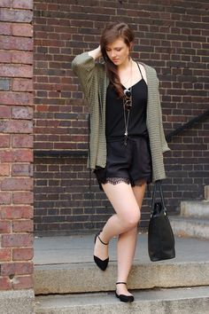 Pre-fall outfit | pre-fall look | shorts with lace | khaki | spitze | black | schwarz | strick kimono | cardigan | fall look | fall outfit | autumn | fashion | fashionblogger | Justmyself | rayban | golden accesoires | cozy | sweather weather | smile | girl | brunette | brown hair | face