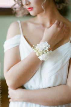 DIY Wrist Corsage using Preserved Hydrangea for a White Wedding - Modern Prom Corsage And Boutonniere, Corsage Wedding, Wrist Corsage, Bouquet Wedding, Bride Bouquets, Bridesmaid Bouquet, Hydrangea Corsage, Flowers In Hair, Wedding Flowers