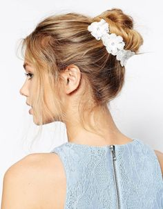 hair accessoire with white flowers