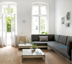 Riva Lounge Kombination mit Auflagen. Conmoto erweitert sein Sofa & Sessel um einen flachen Beistelltisch. Nicht nur auf einer großen Terrasse einsatzbereit, auch im Wohnzimmer: http://www.ikarus.de/marken/conmoto.html