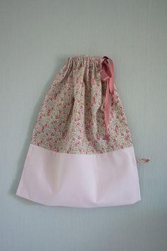 Pochon en tissu liberty éloïse rose : Chambre d'enfant, de bébé par japama